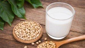 Wat is gezonder: melk of sojamelk?