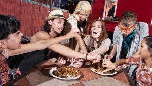 Onderzoek: 'tafelgasten beïnvloeden jouw energie-inname'