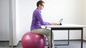 Achter je bureau met een zitbal: goed of slecht?