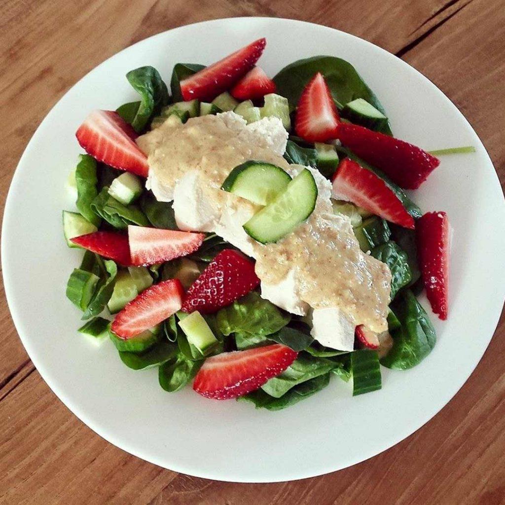 Frisse salade met aardbeien en kip