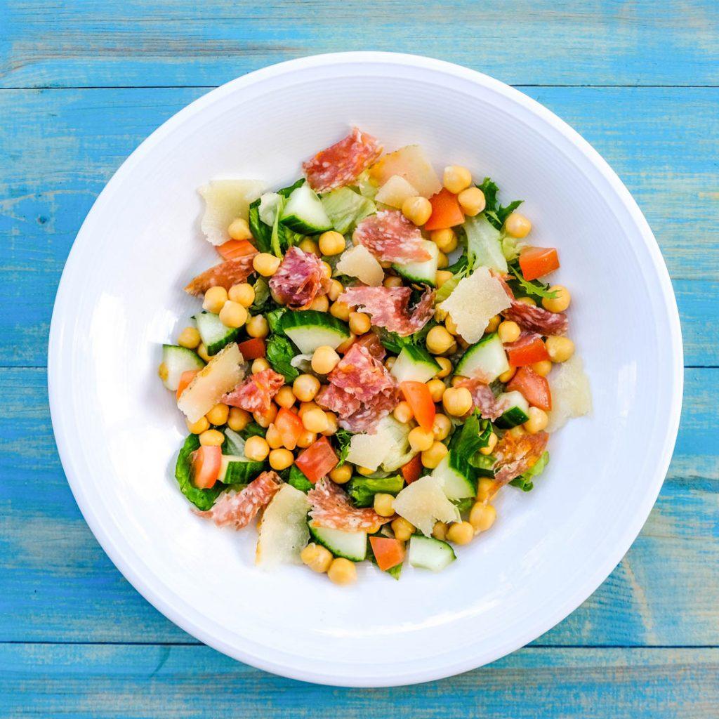 Kikkererwtensalade met salami