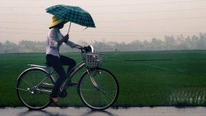 Kun je beter snel of langzaam fietsen in de regen?