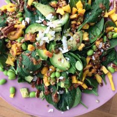 spinaziesalade met pindakaasdressing