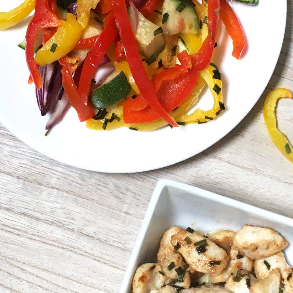 Griekse kip met kleurrijke groenten