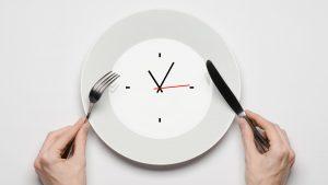 Is intermittent fasting gezond en val je er sneller mee af?