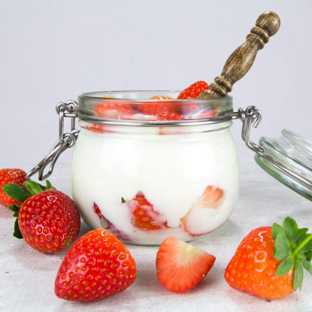 Aardbei yoghurt ontbijtje