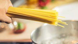 Waarom breekt spaghetti nooit in 2 stukken? Het mysterie opgelost!