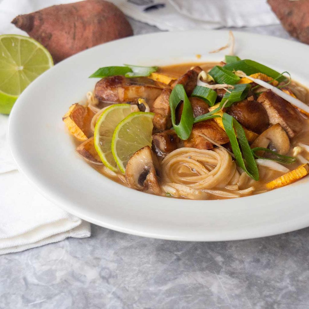 Rode currysoep met kip en noodles