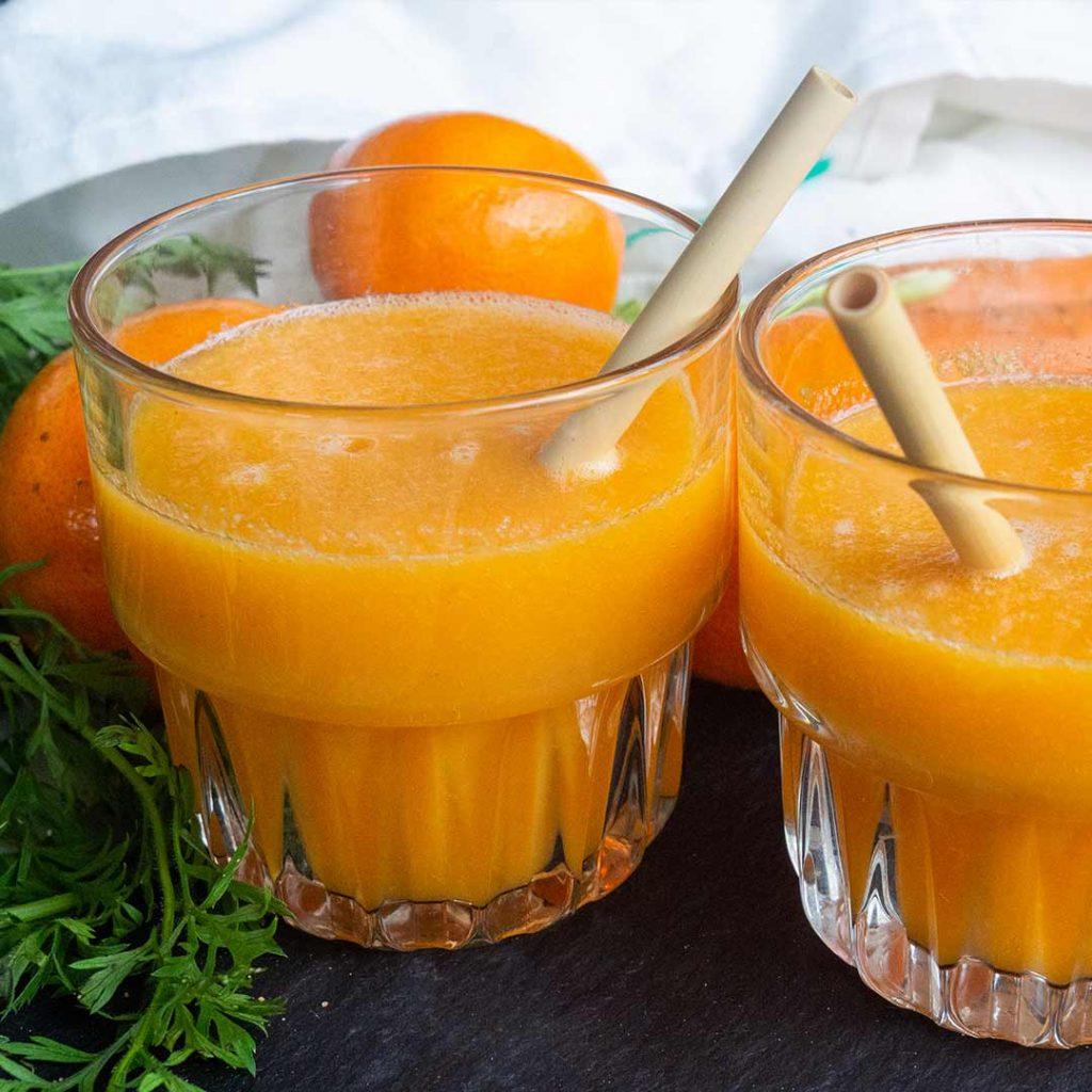 Oranje wortelsap met mandarijn en mango